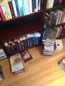 Snart började det samlas böcker på golvet.